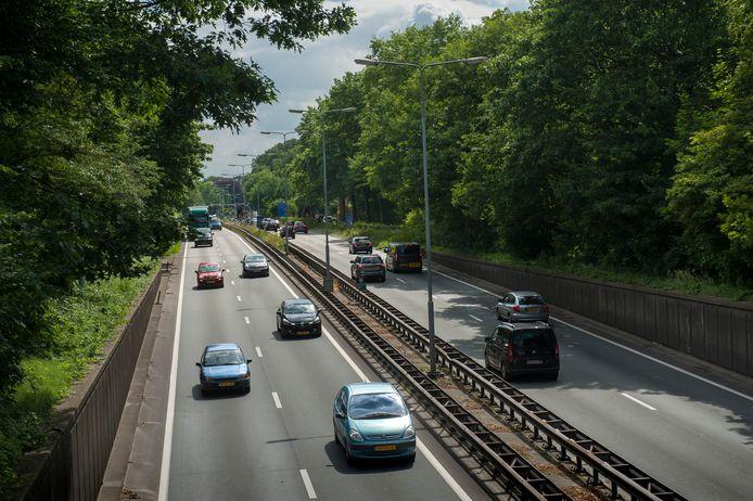 Vught. De N65 gezien vanaf viaduct Aert Heymlaan richting Helvoirtseweg in Vught
