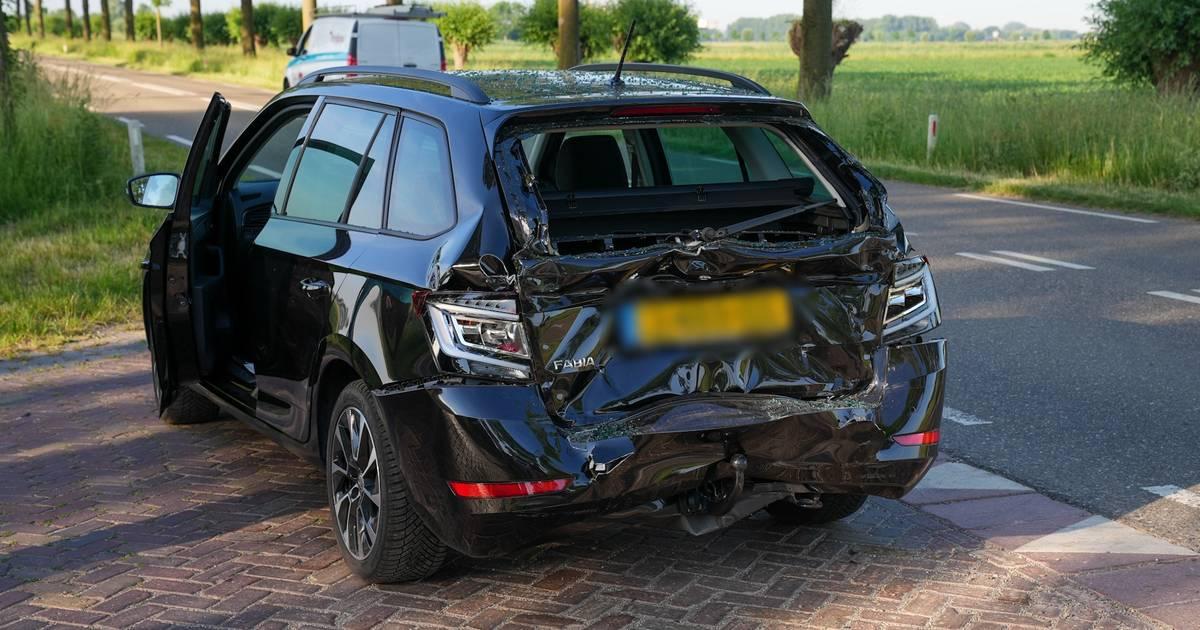 Twee gewonden bij ongeluk met vrachtwagen en twee autos in Emmen.