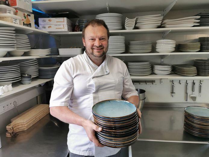 Chefkok Filip Meul met de nieuwe borden.