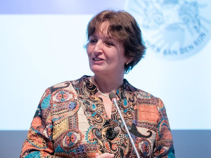 Burgemeester Liesbeth Spies in de raadzaal van de gemeente Alphen. FOTO MARTIN SHARROTT