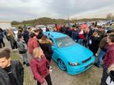 Getunede auto's vormen erehaag op Oesterdam bij afscheid Jonno (19); politie begeleidt ze naar crematorium