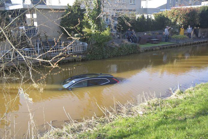 Het is niet de eerste keer dat een auto het water in rolt aan de wat scheef liggende Bazuindreef.