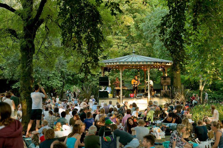 In de zomerse Muziektent is elk weekend een andere artiest te horen. Dit weekend is dat Sef. Beeld Bas Losekoot