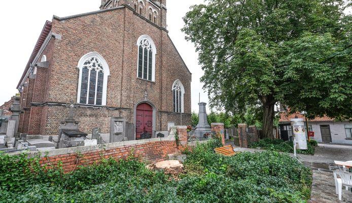 De kastanjeboom links aan de kerk, nabij café Au Casino, werd vorige zomer gekapt.