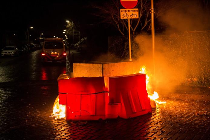 Op de Wilgenlaan in Etten-Leur zijn een aantal kunststof barricades in brand gestoken.
