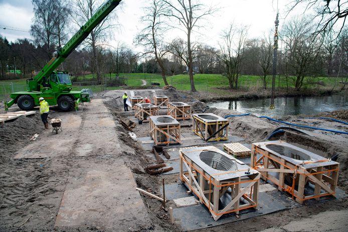 De eerste acht betonnen kolommen, gemaakt met de 3D-printer, staan waterpas in park de Geologenstrook in Zwanenveld.