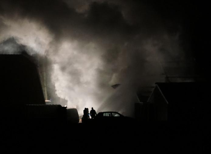 De kapschuur aan de Welsummerweg in Dalfsen, die vrijdagavond in vlammen opging. De drie paarden, die in de naastgelegen stal (rechts vooraan) stonden, zijn bij buren in veiligheid gebracht.