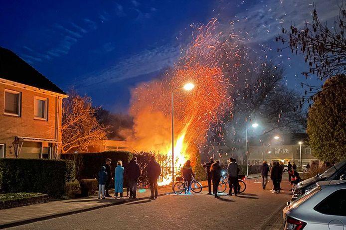Een coniferenhaag gaat op in vlammen, net als een een scooter. Er zijn ergere Koningsnachten geweest op Urk.