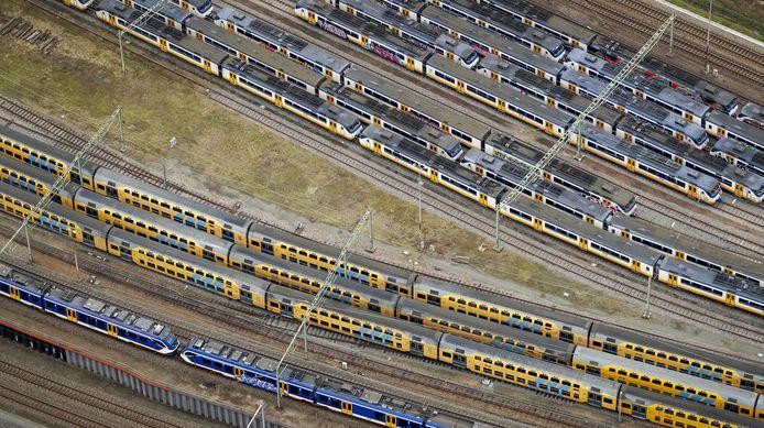 Luchtfoto van een vol rangeerterrein nabij Centraal Station Amsterdam.