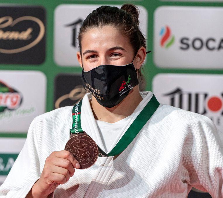 Guusje Steenhuis  toont haar bronzen medaille na haar gewonnen partij tegen Marhinde Verkerk op het WK Judo in Boedapest.   Beeld AP