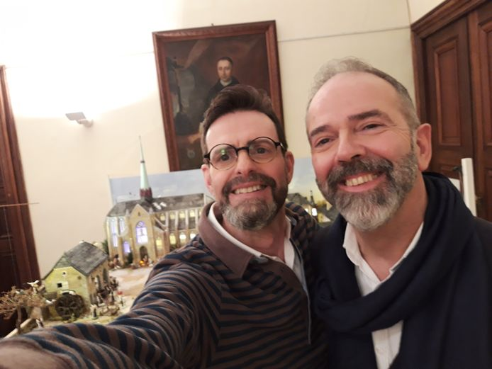 Les deux amis sont très fiers de leur abbaye du Val-Dieu version santon.
