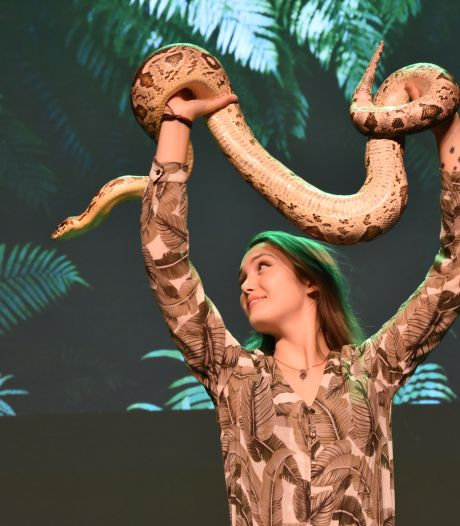 Rijssense Sterrin Smalbrugge mag met theatertour eindelijk haar reptielenwereld laten zien: 'Steve Irwin was mijn held'