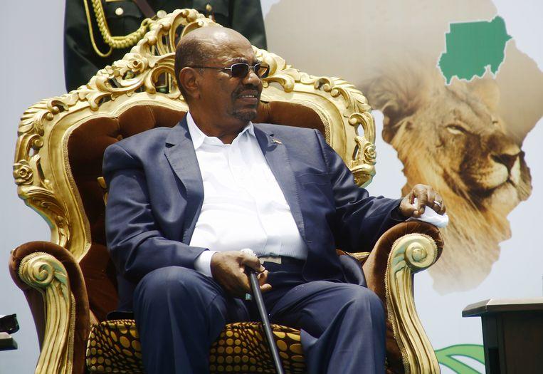 Omar al-Bashir in 2016 bij een ontvangst na een bezoek aan Ethiopië.  Beeld AFP