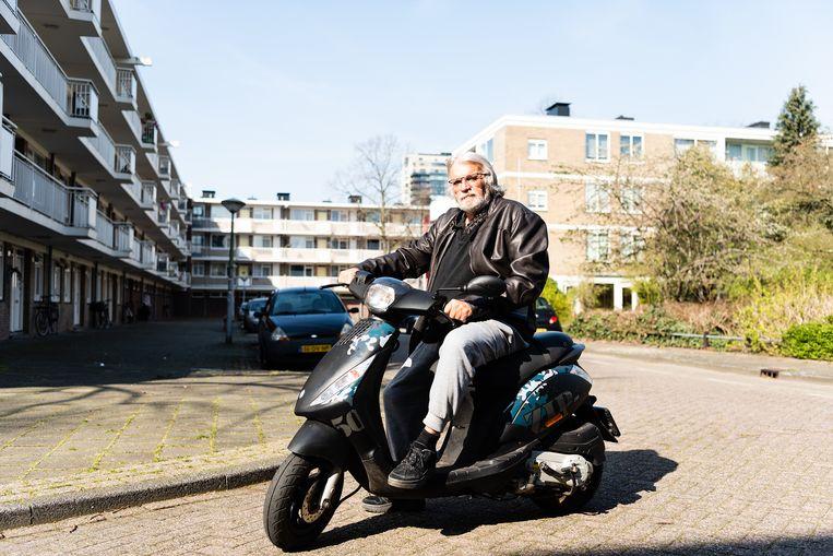 Snorfietser Louis Hofman (75) vreest het ergste voor de 65-plussers en komt in actie. Beeld Katja Poelwijk