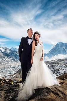 Stel klimt drie weken naar misschien wel de adembenemendste trouwlocatie