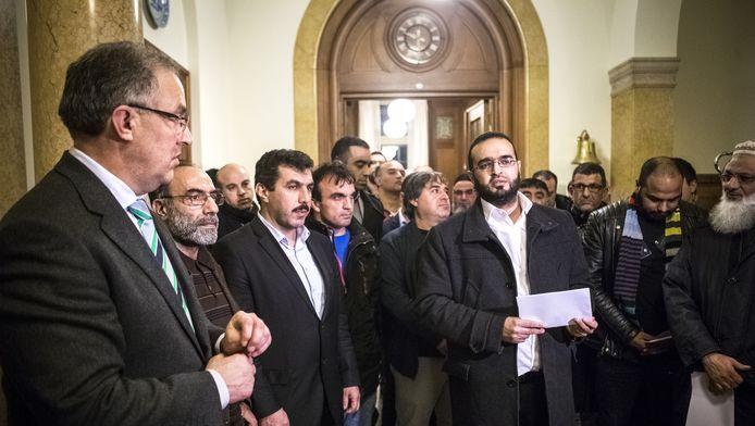 Burgemeester Ahmed Aboutaleb (L) na overleg in het gemeentehuis met moslimorganisaties naar aanleiding van de aanslagen in Parijs.