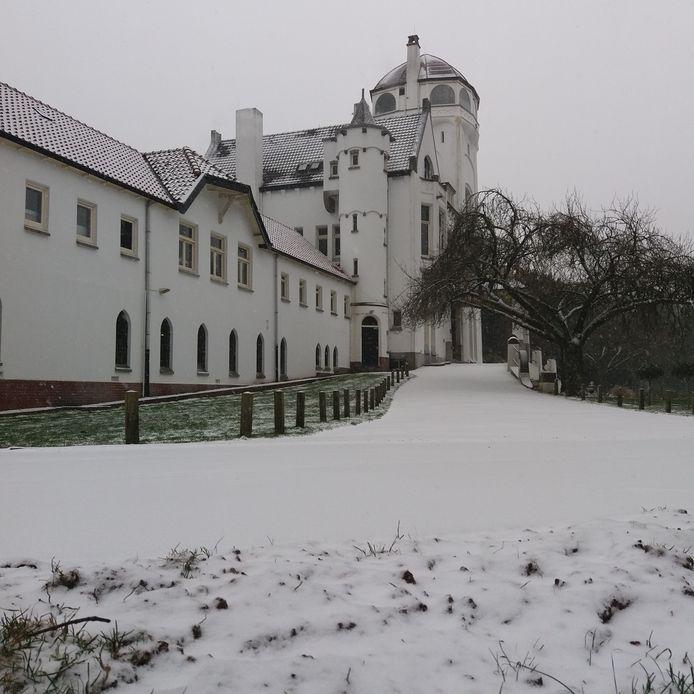 Het jachtslot Mookerheide is bijna door de sneeuw niet meer te zien.