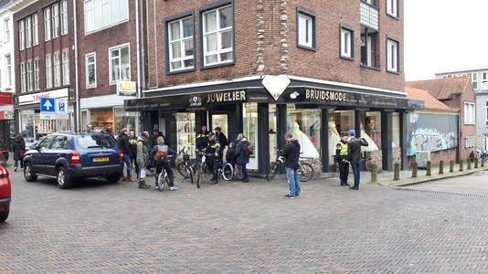 Politie ter plaatse bij de juwelier in Arnhem