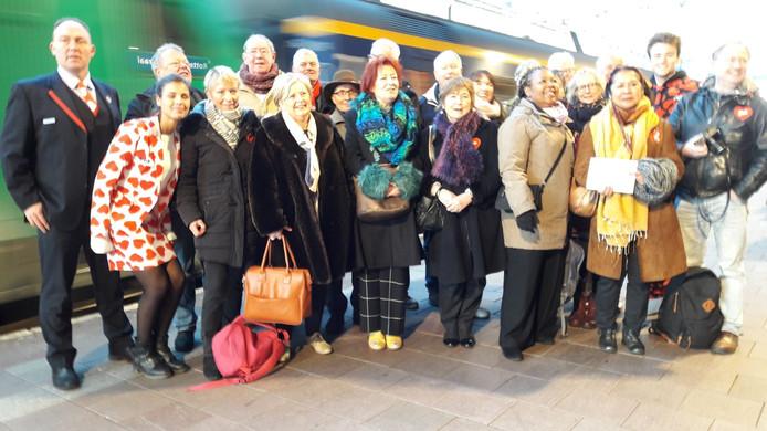 De koppeltjes stappen op de trein naar Parijs.