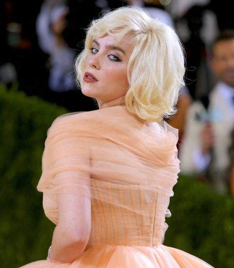 Billie onthult 'geheime' heuptattoo in sexy jurk en Rihanna heeft nieuwe portemonnee