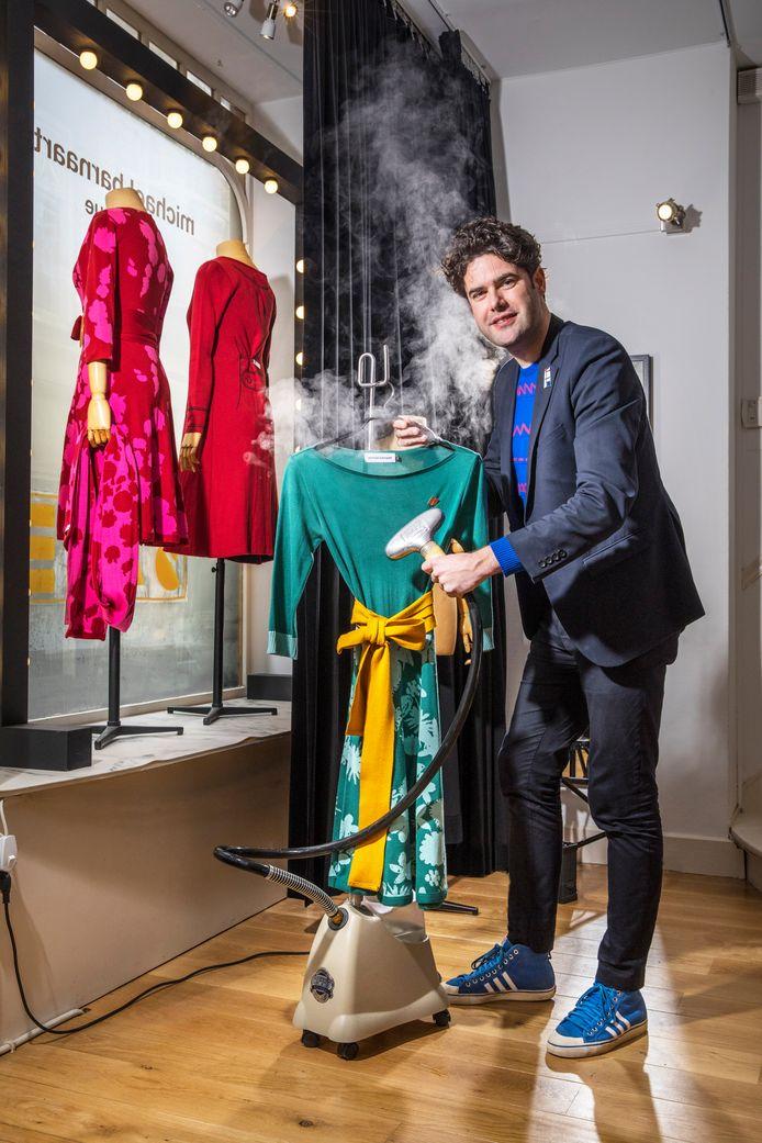 """Modeontwerper Michael Barnaart van Bergen ziet de burgemeester ook graag als zijn nieuwe buur in de Papestraat. ,,Hij is van harte welkom."""""""