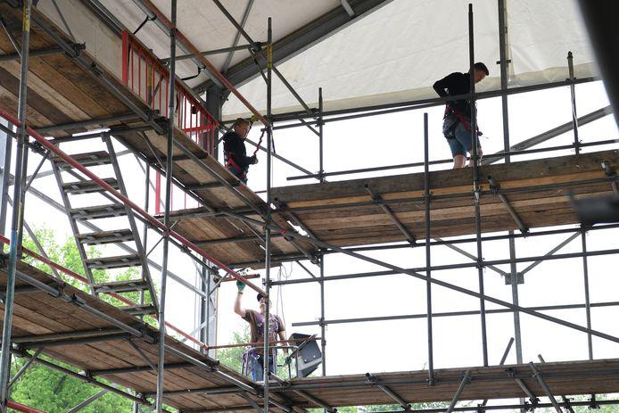 Het Bloemencorso gaat weer door en dus moeten er weer bouwlocaties komen. Buurtschap Schijf is al begonnen met het opzetten van hun tent