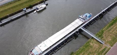 Schip met levensgevaarlijk gif ligt stil in Zwolle, 'Kennelijk moeten er eerst doden vallen'