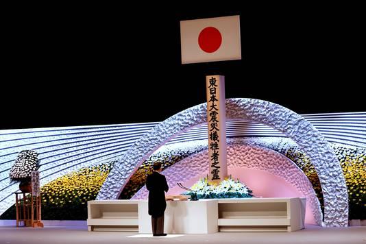 Le Premier ministre japonais Yoshihide Suga se recueille devant le mémorial de la tragédie du 11 mars 2011
