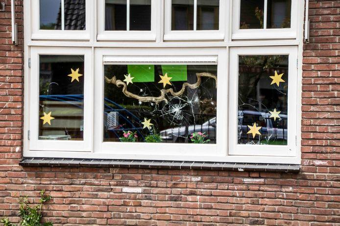 Waarom de ramen zijn ingegooid, is nog onduidelijk.
