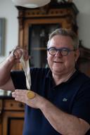 Jaap Lamers met medaillon van zijn grootmoeder