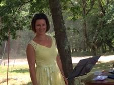Op het strand of tussen de olijbomen, Annet van Gelder trouwt óveral