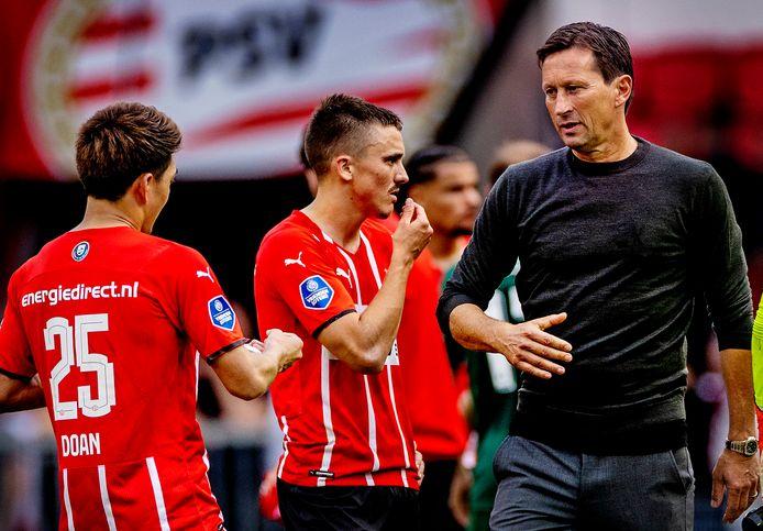 Roger Schmidt beschouwt met Ryan Thomas en Ritsu Doan even na, na de zeperd tegen Feyenoord.