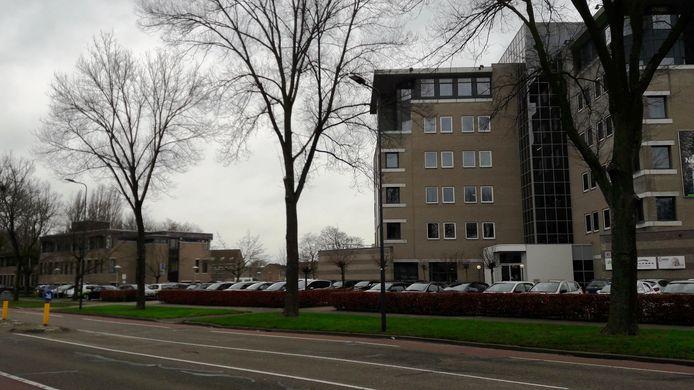 Het lage kantoorgebouw links op de foto wordt gesloopt; hier komen 60 appartementen. Het kantoor rechts wordt verbouwd tot 39 appartementen.