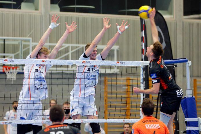 Wout D'Heer (links) – in een tweemans-block met Jakub Rybicki – speelde een sterke wedstrijd tegen zijn ex-ploeg en werd verkozen tot Star of the Game.