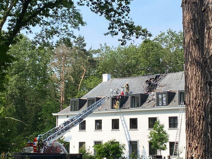 BONHEIDEN - De brand ontstond aan het dak van de woning. De schade is aanzienlijk. De brandweer kreeg het vuur snel onder controle