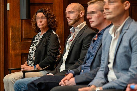 Geflankeerd door haar zonen zat ook Vera Schouppe dinsdag in de Dendermondse rechtbank op het beklaagdenbankje. Ze ontkent elk aandeel in de drugszaak.