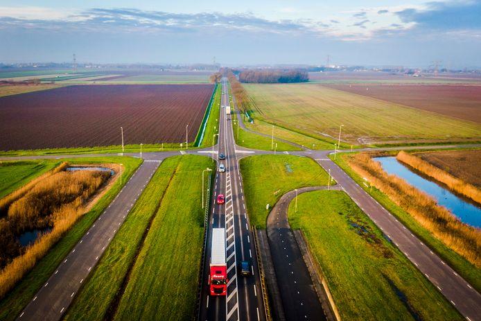 De N217 tussen Maasdam en 's-Gravendeel, vanuit de lucht.
