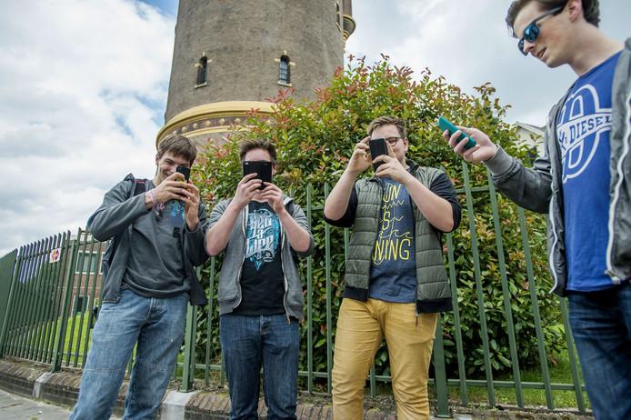 De Pokémon Go app zorgt voor drukte bij de watertoren in Tilburg