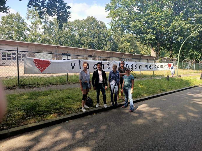 Het spandoek 'Vluchtelingen welkom' in Harskamp.