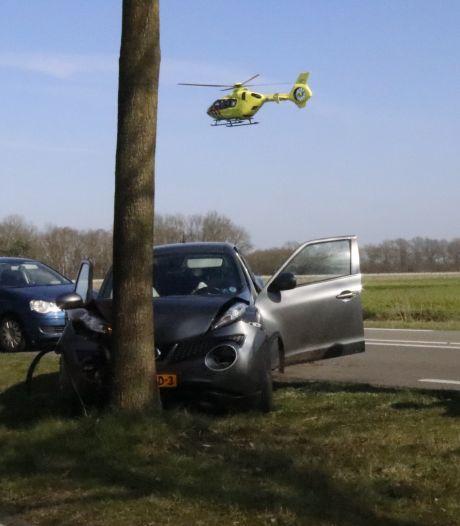 Automobilist gewond door botsing tegen boom in Oploo