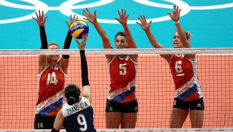 Laura Dijkema, Robin de Kruijf en Maret Balkestein-Grothues in de volleybalwedstrijd tegen China. Beeld getty