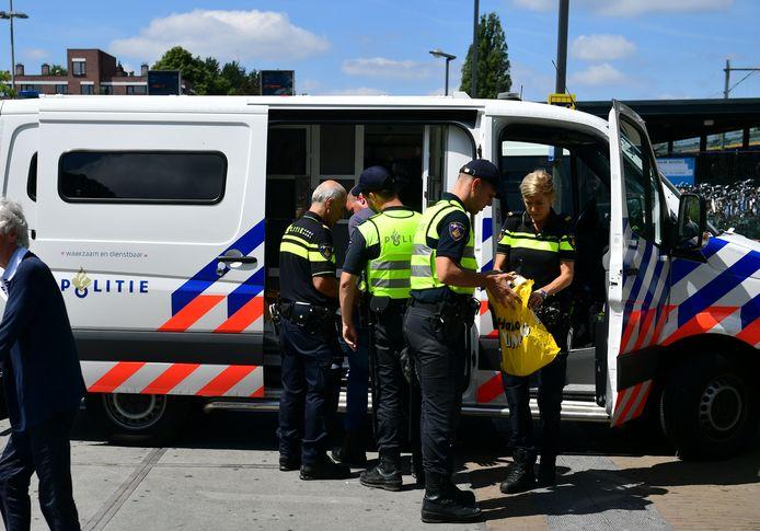 Een demonstrant wordt gearresteerd