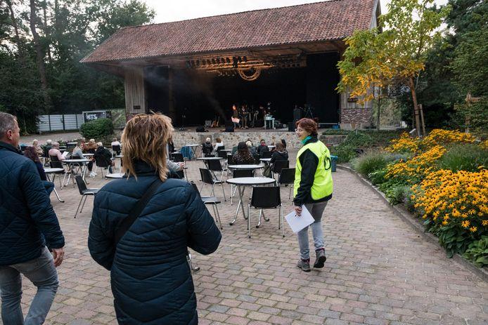Bezoekers werden naar hun plaats begeleid door vrijwilligers van het theater.