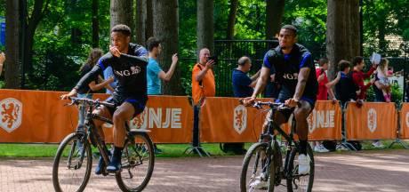 Het nieuwste uitje: steeds meer Oranjefans wachten 's ochtends in Zeist om spelers aan te moedigen