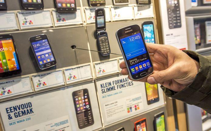 De stalker uit Dedemsvaart laat zich niet makkelijk uit het veld slaan. Steeds als zijn slachtoffer zijn telefoonnummer blokkeert koopt hij een nieuwe.