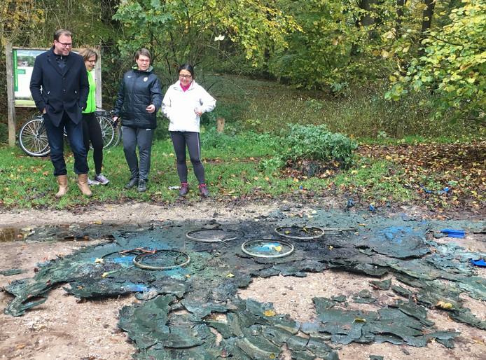 Overblijfselen van de vaten drugsafval die in brand zijn gestoken.