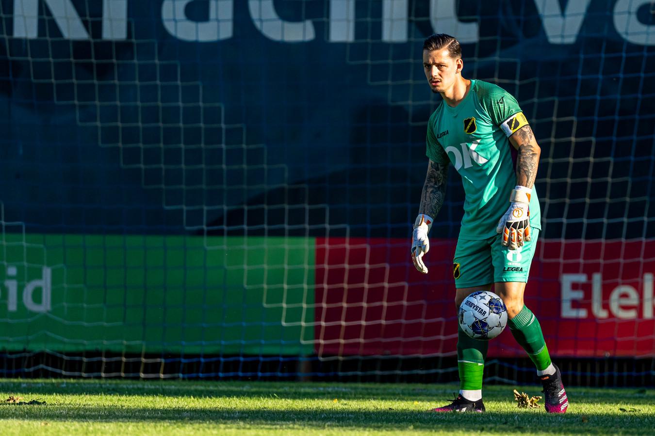 In zijn derde jaar wordt Olij tot uithangbord van de club gebombardeerd.