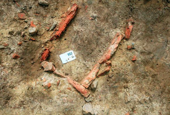 Hiervan vermoeden de archeologen dat het om een middeleeuws graf gaat.