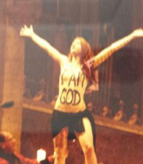 Une Femen sur l'autel à la messe de Noël