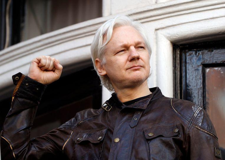 Julian Assange bij de Ecuadoraanse ambassade in 2017. Beeld AP